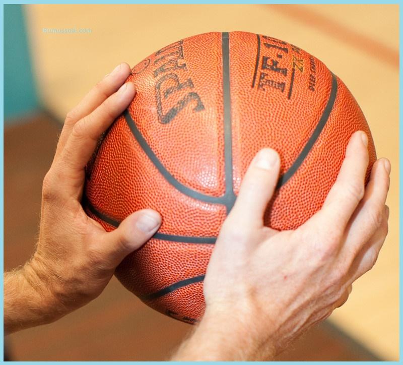 memegang-bola-basket-1