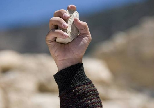 Mimpi Dilempar Batu